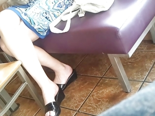 candid feet: working milf at restaurant